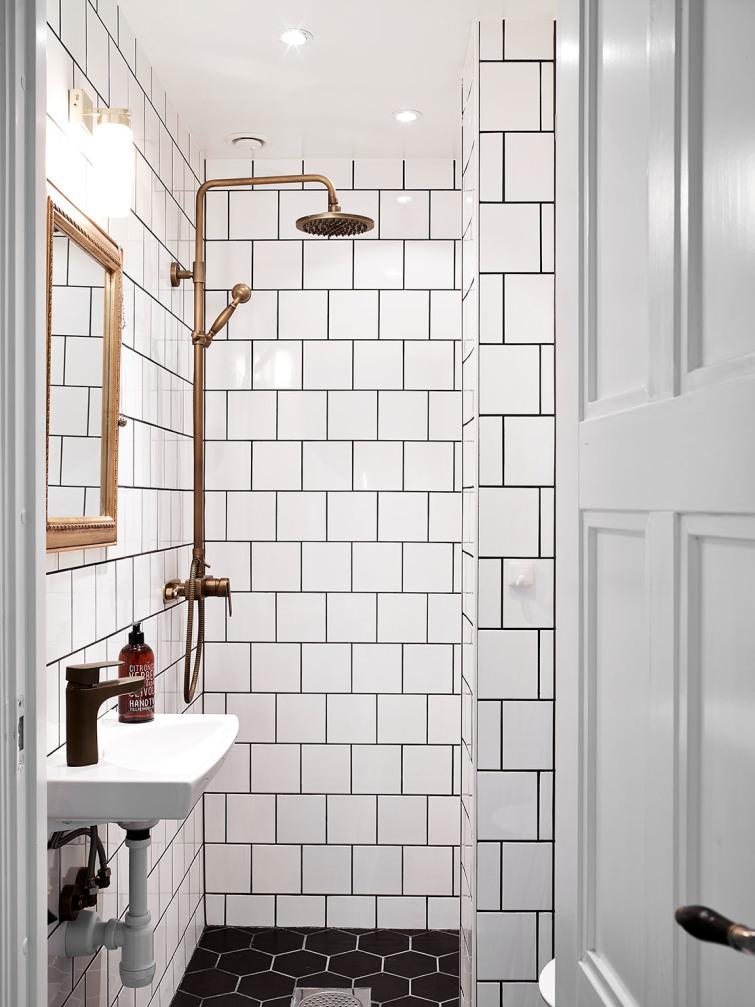 łazienka ze złotymi dodatkami w skandynawskim stylu