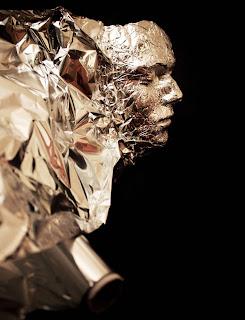 Rostro hecho con papel aluminio