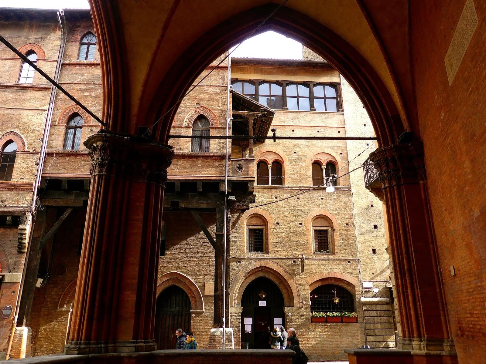 Facciamo un giro in centro case seracchioli e casa bolognini for Casa di architettura gotica