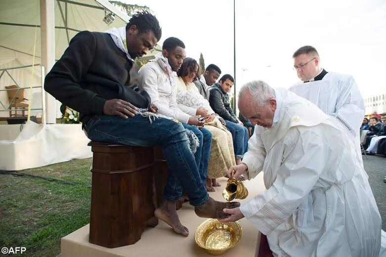 Photos: Pope Francis Kisses And Washes Feets Of Muslim, 4 Nigerian Catholics And Hindu Refugees In Easter Ritual