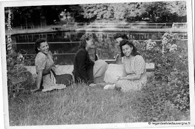 Photo de famille noir et blanc, jeunes femmes au bord de l'eau