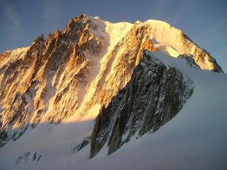 雪の積もった高い山