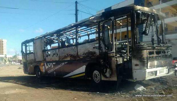 Incêndio destrói ônibus em Santa Cruz do Capibaribe