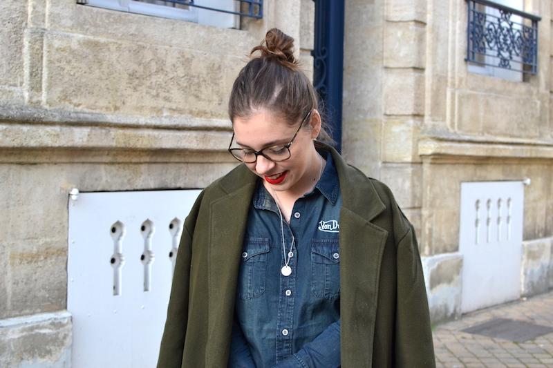 chemise en jean von Dutch, manteau kaki Sheinside, collier médaille l'atelier d'amaya