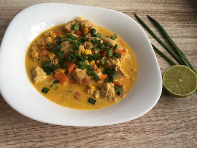 Kurczak w sosie curry z imbirem i szczypiorkiem