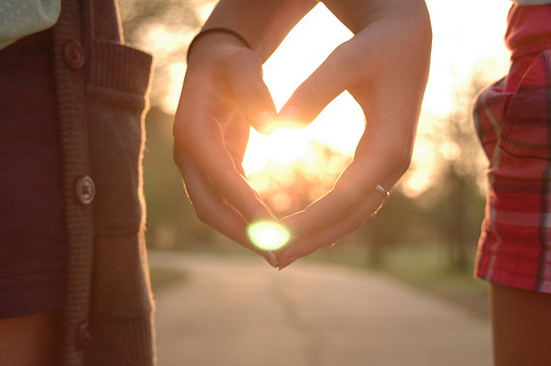 hình ảnh về tình yêu đẹp lãng mạn dễ thương, nắm tay nhau đi suốt cuộc đời