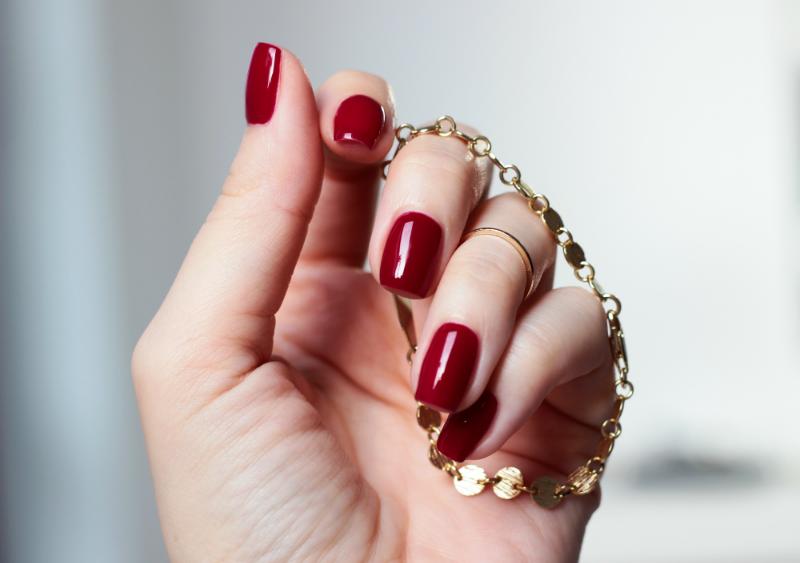 Paznokcie W Kolorze Klasycznej Czerwieni Eleganckiego Bordo