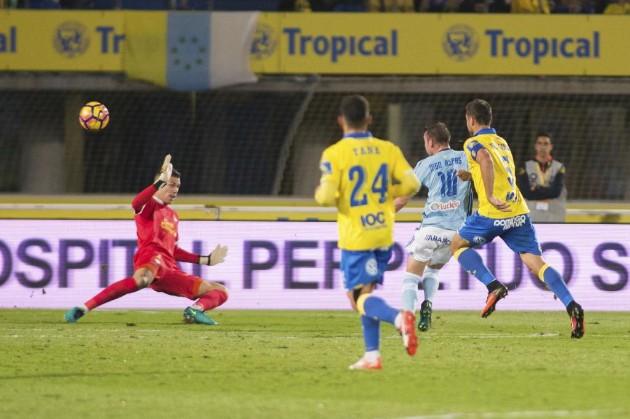 Raúl Lizoaín encajando el tercer gol celta