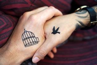 foto di tatuaggi sulle mani