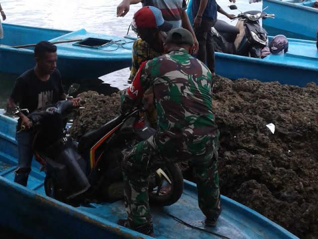 Pasca Jembatan Roboh, Prajurit TNI Bantu Masyarakat Fair Sebrangi Kendaraan