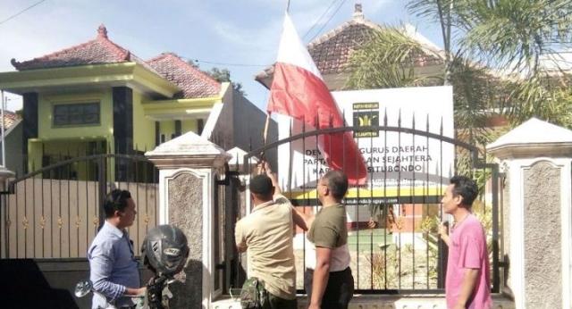 Dibilangnya HUMAN ERROR!!? Pasang Bendera Merah Putih Terbalik dan Dikibarkan Setengah Tiang di Kantor PKS Situbondo