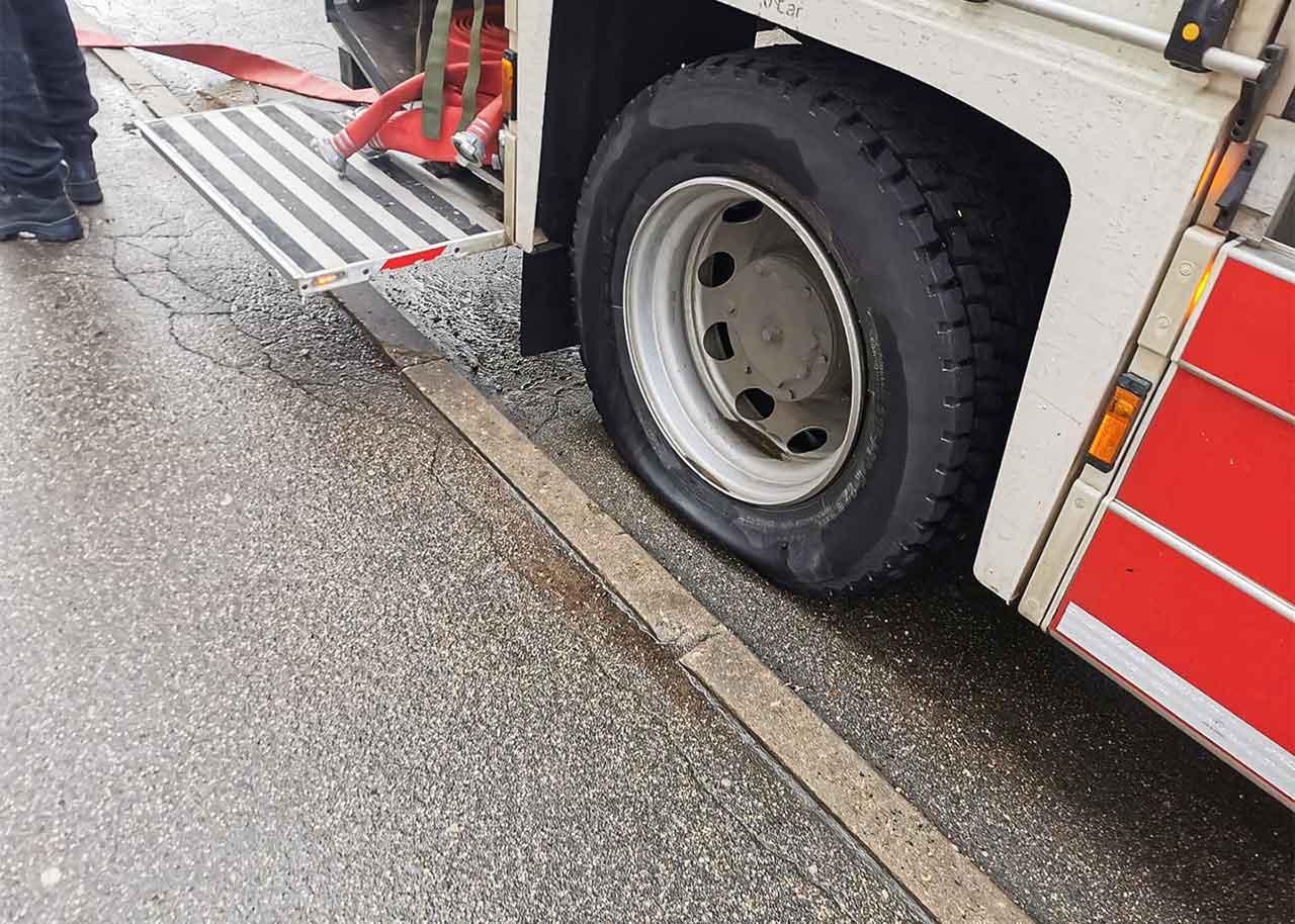 Pārplīsusī riepa kravas auto