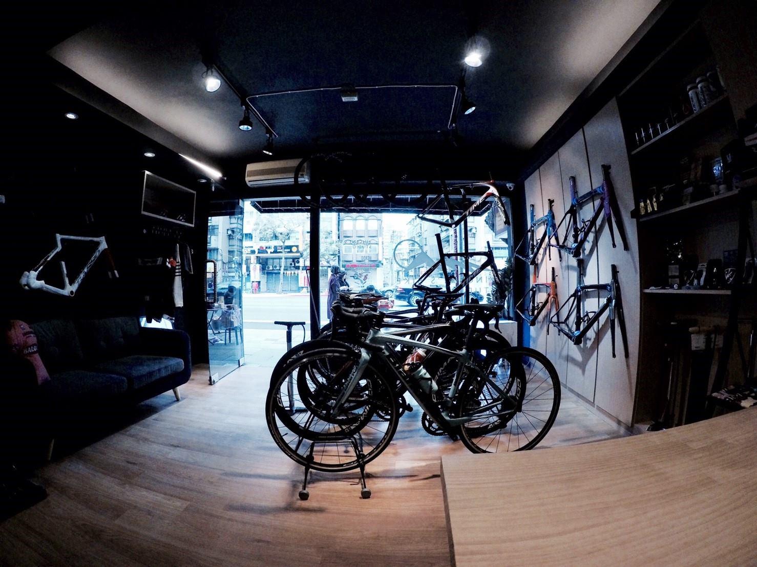 文森單車 Taipei Vincent Bike Studio x Heroo 室內提供小沙發給來訪車友休憩
