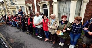 Μια Ολόκληρη γειτονιά στάθηκε μπροστά από το σπίτι Μητέρας 5 Παιδιών για να μην της κάνουν έξωση