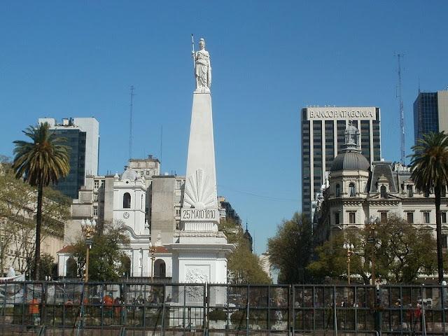 La Piramide de Plaza de Mayo - Buenos Aires