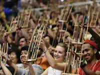Alat muzik angklung indonesia