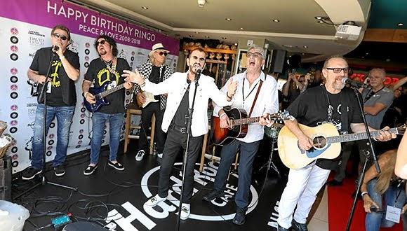 Ringo Starr fête son 78e anniversaire au Hard Rock Cafe Nice avec son All-Starr Band (7 juillet 2018).