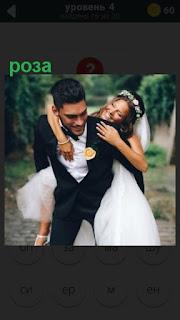 жених с невестой и роза в петлице у мужчины