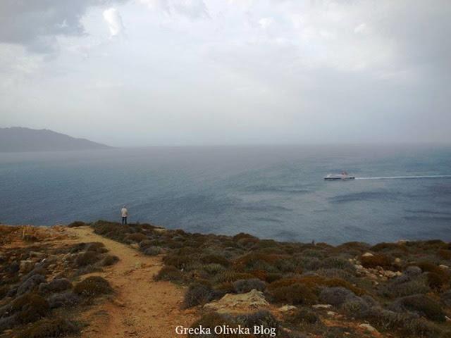Mężczyzna spoglądający na horyzont, statek na morzu