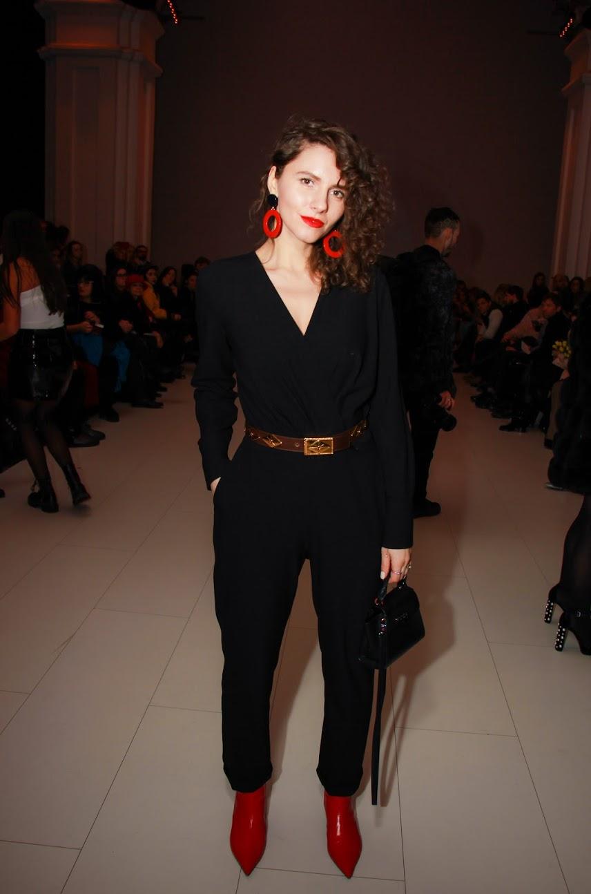 классический черный комбинезон носить