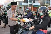 Kapolresta Bandar Lampung Bagikan Takjil Kepada Pengendara