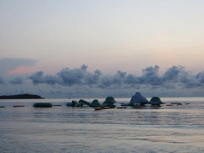 Надувной аттракцион в море