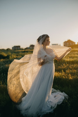 suknia%2B%25C5%259Blubna%2Bdelikatna - Jakie suknie ślubne są modne w tym sezonie?