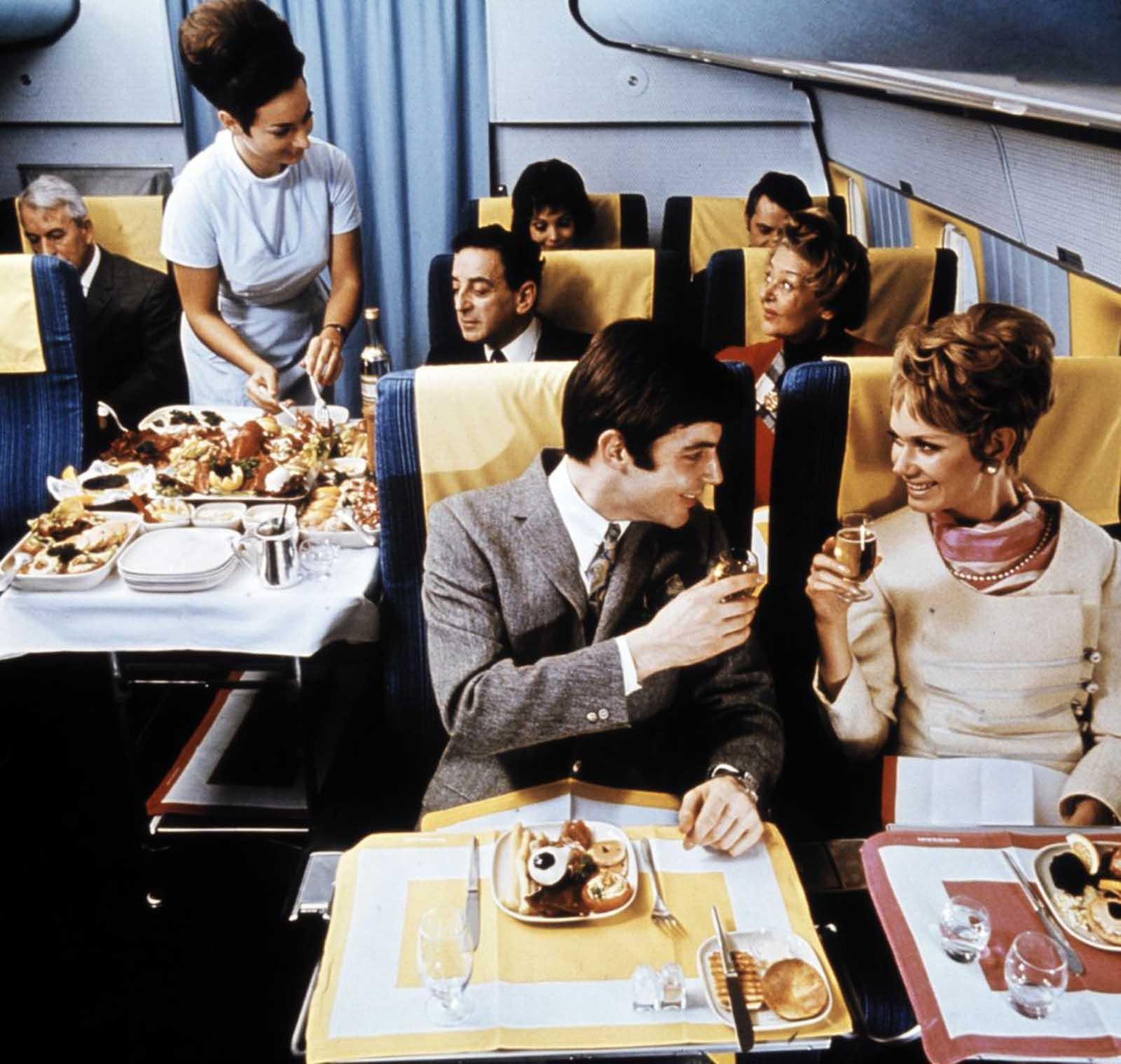 Havia uma grande variedade de opções de alimentos oferecidas por esses aviões.