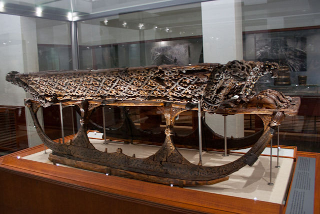 Trineo vikingo de madera en el Museo de Barcos Vikingos en Oslo