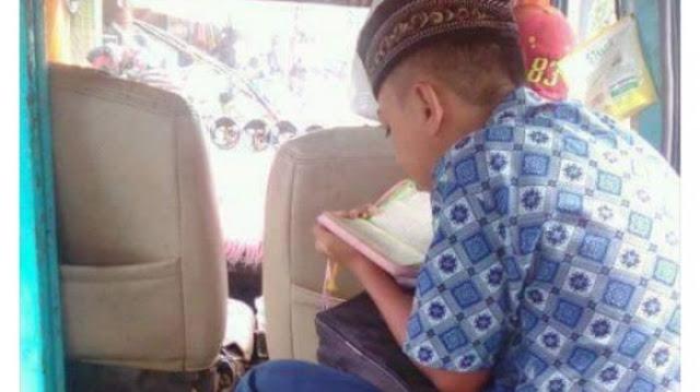 Saat Yang Lain Main Gadget, Bocah Yang Naik Angkot Ini Justru Lebih Pilih Baca Al Qur'an