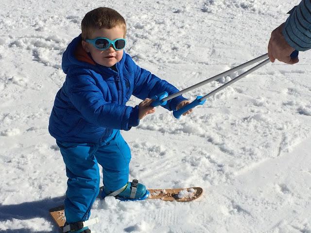 Niño sobre esquís de iniciación