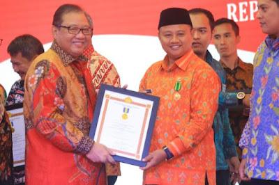 Bupati Tasikmalaya Uu Ruzhanul Ulum (kanan) menerima penghargaan Bakti Koperasi dan Usaha Kecil dan Menengah dari Menteri Koperasi Menteri Koperasi dan Usaha Kecil dan Menengah Anak Agung Gede Ngurah Puspayoga di Makassar, Selasa (11/7/2017)