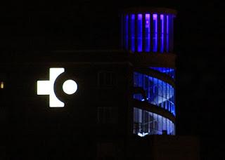 El hospital de Cruces ha iluminado de color azul su torre central como muestra de apoyo a esta iniciativa