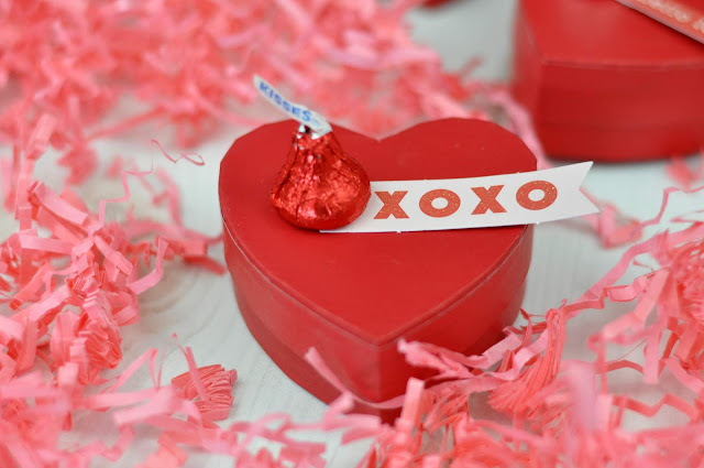Candy Kisses Valentine Heart Boxes with Jen Gallacher from www.jengallacher.com #valentinesday #treatbox #heartbox #jengallacher
