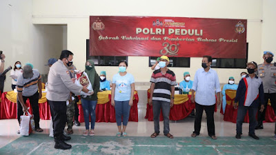 Alumni Akpol 91 Polda Banten Bagikan 150 Paket Sembako di Pasar Kemis