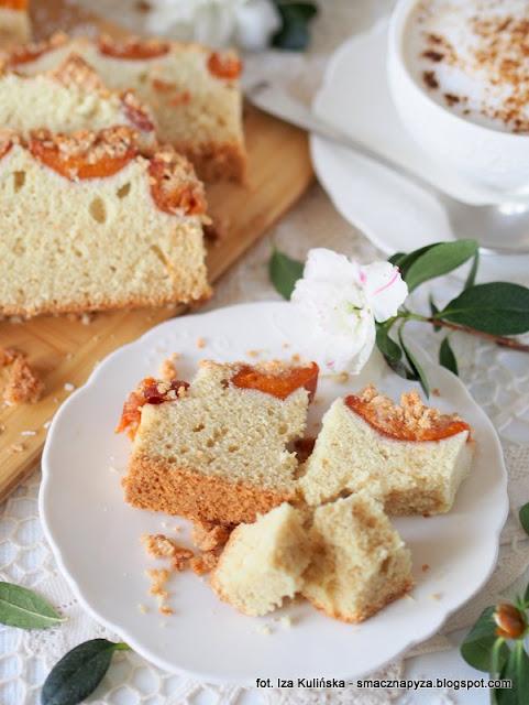 ciasto orkiszowo bialkowe, ciasto orkiszowe, kruszonka kokosowa, ciasto z owocami, placek bialkowy, jak wykorzystac bialka, co zrobic z bialek, nadmiar bialek, bialka jaj, morele, ciasto na niedziele, domowe ciasta, domowe wypieki