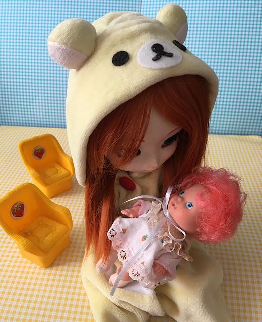Boneca Pullip segurando boneca Moranguinho Nenê no colo