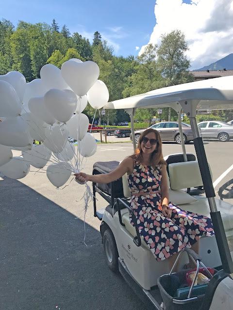 Hochzeitsrednerin Corinna Gehring mit weißen Herzballons, Hochzeit zu Dritt, kleine Familienhochzeit, Riessersee Hotel Garmisch-Partenkirchen, Bayern, freie Trauung