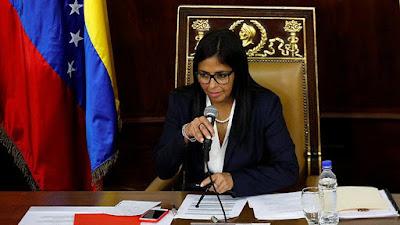 """La presidenta de la Asamblea Nacional Constituyente, Delcy Rodríguez, señaló este jueves que la Comisión de la Verdad tendrá un período de trabajo de 12 meses y que esta atenderá """"todas las perturbaciones"""" que se han producido desde 1999 hasta ahora.  """"Comisión de la verdad está atendiendo todas las perturbaciones que desde 1999 hasta ahora, se han producido en el país para atentar contra la validez de la Constitución (…) estamos atendiendo el pasado y previendo que en el futuro ocurran nuevos hechos de violencia"""", dijo Rodríguez desde la Casa Amarilla, donde presentó la ley que rige dicha instancia.  Asimismo, expuso los objetivos de dicha comisión, enmarcados en su ordenamiento jurídico. """"Buscar el fortalecimiento de la justicia y el entendimiento democrático. Contribuir al establecimiento de la verdad, que el país sepa lo que ha ocurrido. Atención integral a la víctima, no solo una reparación material, sino moral. Que se establezcan responsabilidades"""".  También indicó que los comisionados contarán con inmunidad para que """"puedan realizar sus funciones"""" y que este organismo podrá invitar a personas expertas en la materia para el estudio de los casos.  Las atribuciones de los comisionados serán las siguientes: Entrevistar y tomar testimonio de cualquier persona, autoridad o servidor público, acceder a cualquier archivo, realizar visitar e inspección, celebrar audiencias publicas o privadas con la participación de víctimas y presuntos responsables para recibir información y lograr la reparación de las víctimas. Impulsar y colaborar en la investigación de procesos penales del sistema de justicia y establecer responsabilidades morales y políticas.  Rodríguez indicó que la comisión presentará a la ANC una propuesta de acto constituyente que regule el otorgamiento de medidas de indulto o amnistía para aquellas personas señaladas como responsables de los hechos, dentro de los 90 días siguientes a la instalación de la comisión."""