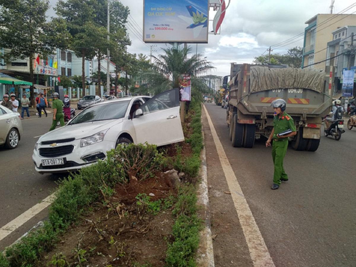 Gia Lai: Cúp đầu xe tải, xe con bị tông bay lên dải phân cách