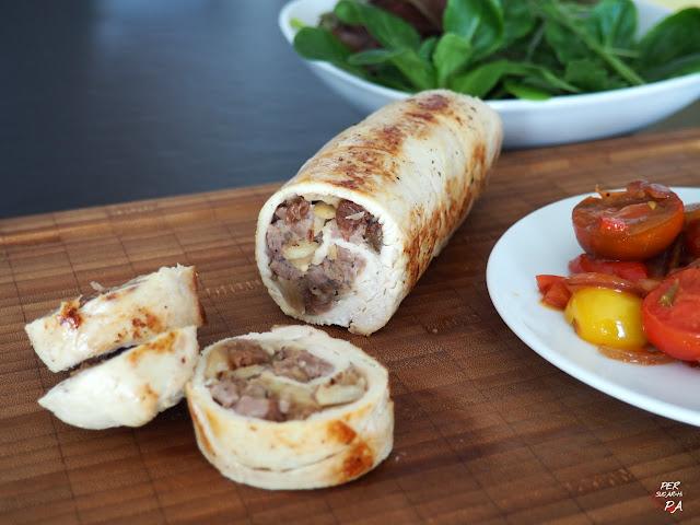 Rollitos de pechuga de pollo rellenos de carne aderezada con manzana reineta, pasas, almendras y especias. Cocidos al vapor y con guarnición de tomates cherrys pochados.