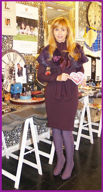 Alejandra Botto, con estilismo de Aloastyle, amadrina el saldillo a favor de Menudos Corazones