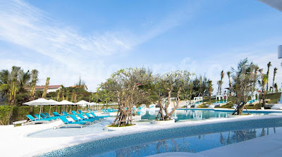 Luxury-resort-with-outdoor-furniture-sunbeds-and-sun-loungers