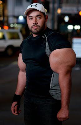 extrem großer Oberarm Bodybuilder