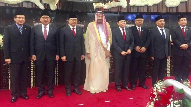 Raja Salman berfoto dengan pimpinan DPR MPR