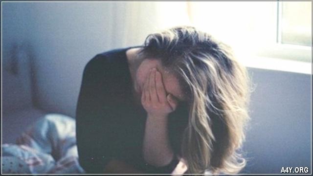 cô gái ôm mặt buồn khóc