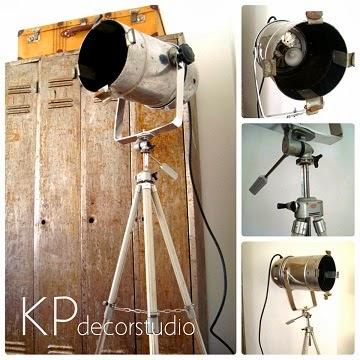 Tienda vintage online de lámparas y focos de fotografía antiguos sobre trípode
