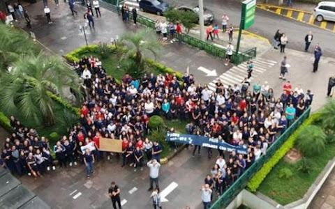 300 alunos vão a hospital para homenagear professora com leucemia no RS