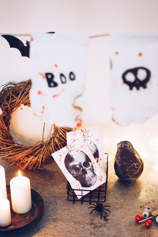 Halloween Deko selber machen: Anleitung für eine einfache, schaurig-schöne Wimpelkette mit Kartoffeldruck. Happy Crafting by titatoni.de