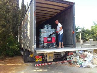 פורקים את המשאית עם כל הפחים (2 משטחים)